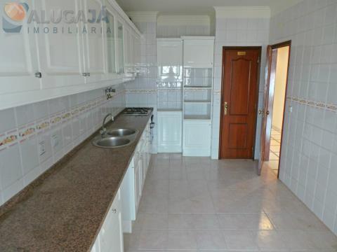 Apartamento T2 na Tapada das Mercês, com duas frentes nascente/poente, varandas e arrecadação.
