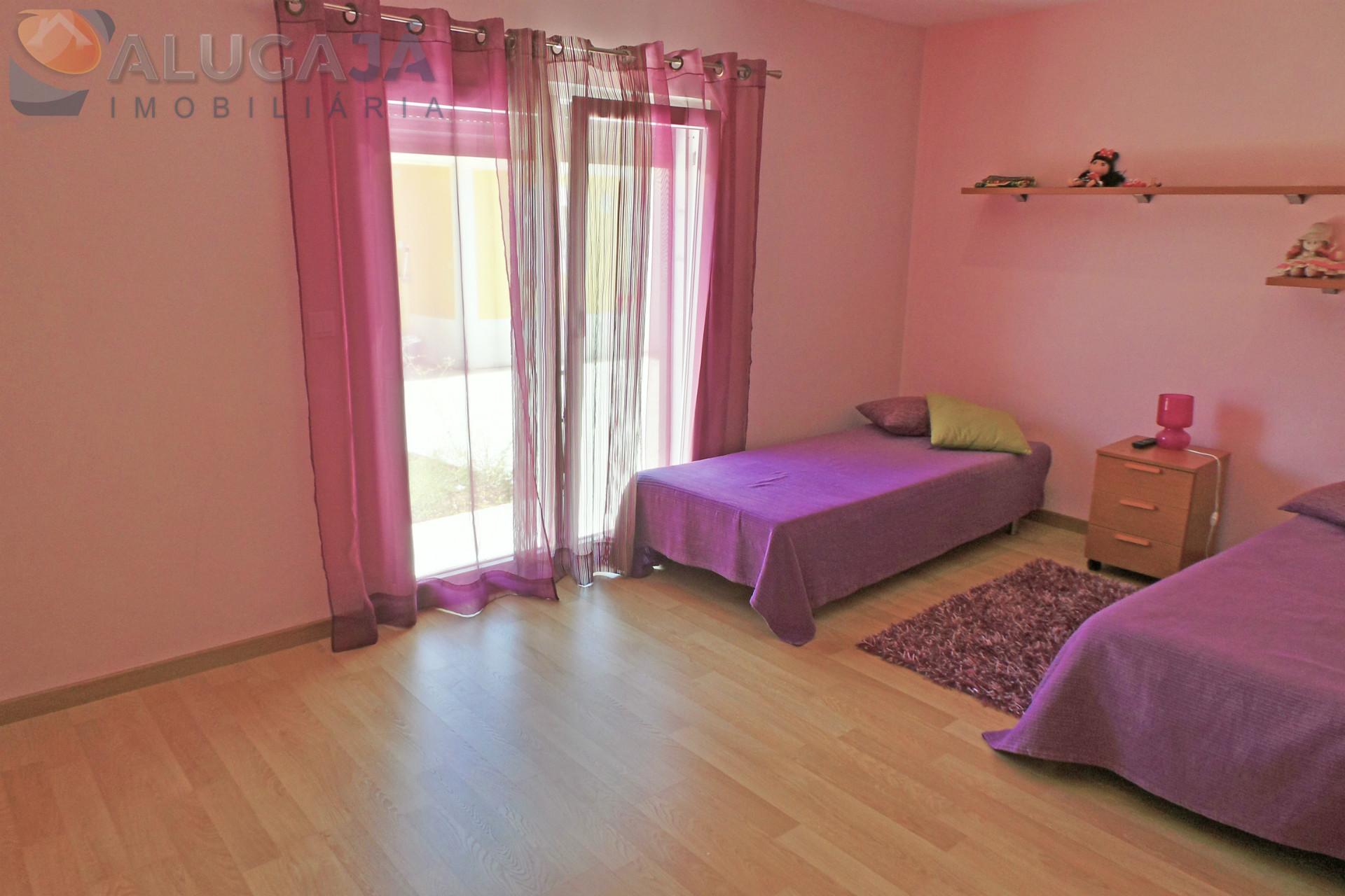 Moradia V3 em Setúbal composta por 2 pisos com 2 suítes, barbecue, jardim, anexo e parqueamento