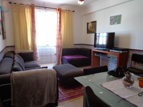 Apartamento T2 na Tapada das Mercês, em frente da estação da CP, mobilado e com cozinha equipada.