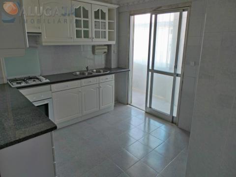 Apartamento T3 com suíte em zona privilegiada de Carnaxide junto ao Centro Cívico