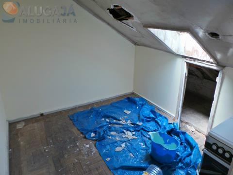 Building with 4 floors in need of works in Queluz, near the Palace and Garden Felicio Loureiro.