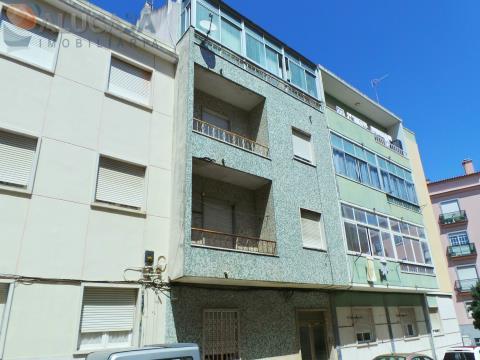 Gebäude mit 4 Etagen in Queluz, in der Nähe des Palastes und des Gartens Felicio Loureiro.
