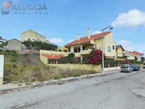 Terreno urbano no Cacém/Quinta da Barroca para construção de moradia isolada de 2 pisos + sótão
