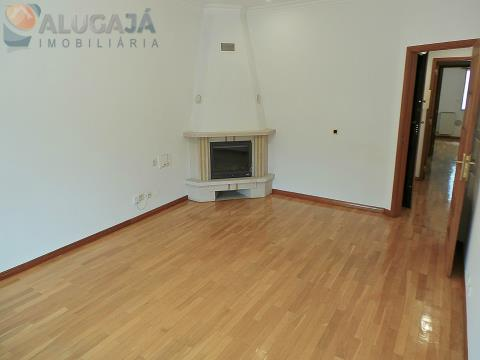 Apartamento T2 em Caxias com cozinha equipada e ótima exposição solar