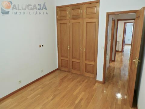 Apartamento T2 em Paço de Arcos/Terrugem com garagem box e com cozinha equipada.