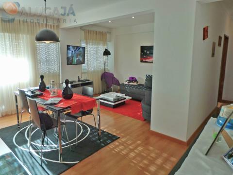 Apartamento T2 em São Marcos, totalmente remodelado com cozinha equipada.