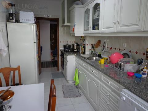 Apartamento T2 em São Marcos, virado a sul com arrecadação e em bom estado de conservação.