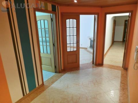 Apartamento T2 em São Marcos com arrecadação e excelentes acabamentos.