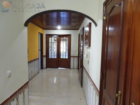 Apartamento T2+1 na Tapada das Mercês com áreas amplas e boa localização.
