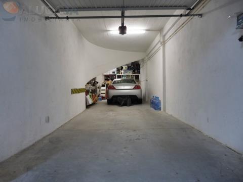 Garagem box com 60m², para 3 ou 4 viaturas e com ampla zona de arrumos. Portão automático.