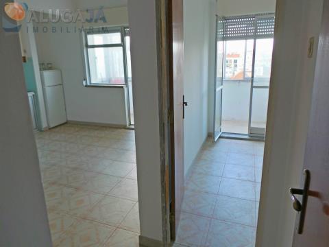 Apartamento T1 na Reboleira a precisar de algumas obras, situado junto à CP, Metro e comércio local.