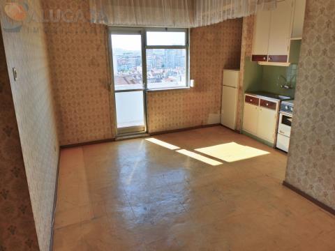 Apartamento T1 com kitchenete na Reboleira, situado junto à CP, Metro e comércio local