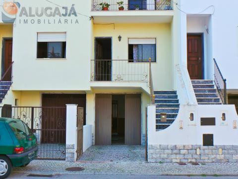 Andar de moradia bi-familiar T3+1 localizada no Alto do Moinho/Corroios composta por 2 pisos.