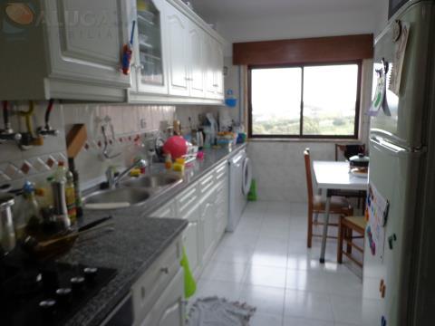 Apartamento T2 em São Marcos com cozinha equipada, arrecadação e em bom estado de conservação