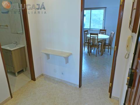 Apartamento T2 semi-mobilado e com cozinha equipada em Odivelas em excelente estado de conservação
