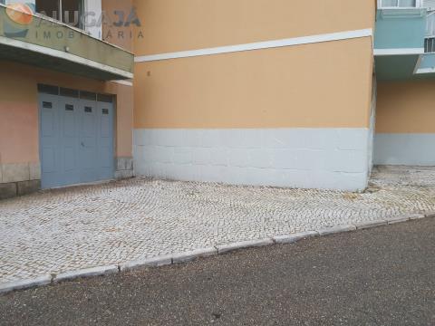 Garagem Box / Armazém no Cacém junto aos Bombeiros com 25m²