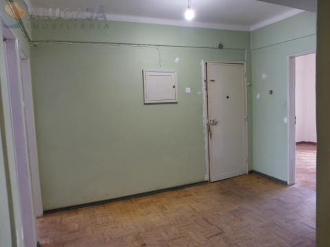 Apartamento T3 para remodelar em zona privilegiada do Cacém, junto da Loja do Cidadão