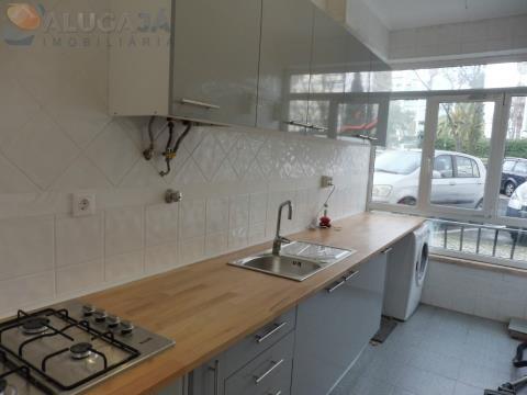 Apartamento T1+1 situado em Oeiras, Quinta das Palmeiras, remodelado em zona privilegiada