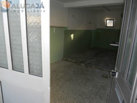 Armazém com 12m² situado em Talaíde na estrada principal a 2 minutos do Tagus Park