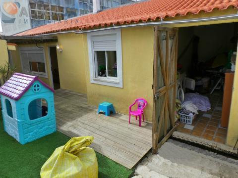 Simpática moradia T3 com excelente espaço exterior, situada próximo da estação da CP e comércio