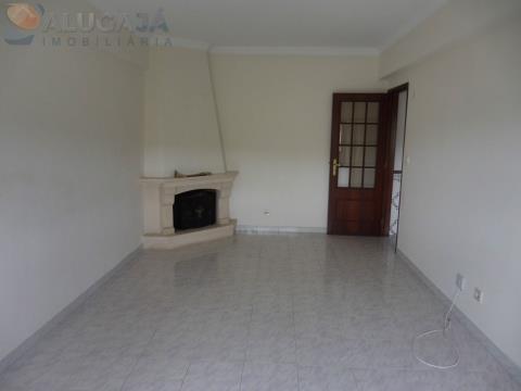 Apartamento T2 no Casal do Cotão, todo virado a nascente próximo da farmácia e do acesso à IC19