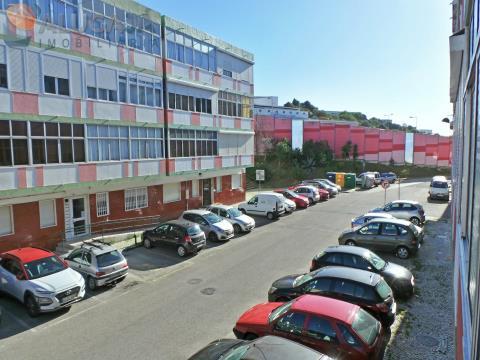 Apartamento T2 no Cacém parcialmente renovado, situado em zona privilegiada