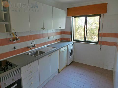 Apartamento T2 com cozinha equipada e arrecadação, pronto a habitar