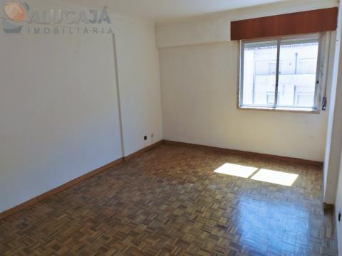 Apartamento T2 em Queluz, com duas frentes e muito soalheiro, próximo da Estação da CP