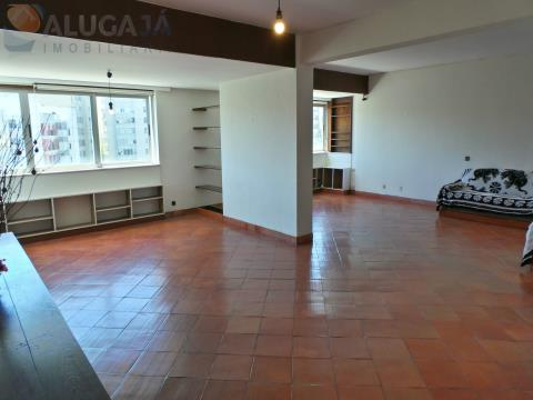 Apartamento T4 com arrecadação e cozinha totalmente equipada, em zona central de Miraflores