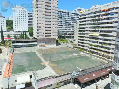 Apartamento T4 con trastero y cocina totalmente equipada, en la zona central de Miraflores