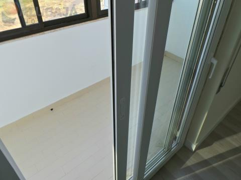 Apartamento T2 todo renovado, situado na primeira linha de São Marcos com vista de mar e golf