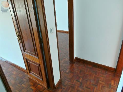 Apartamento T3 com suíte no Casal do Cotão, situado junto à Farmácia na estrada principal