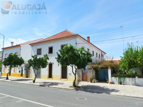 Property consisting of 2 floors in the central area of Gavião for bakery and disco services