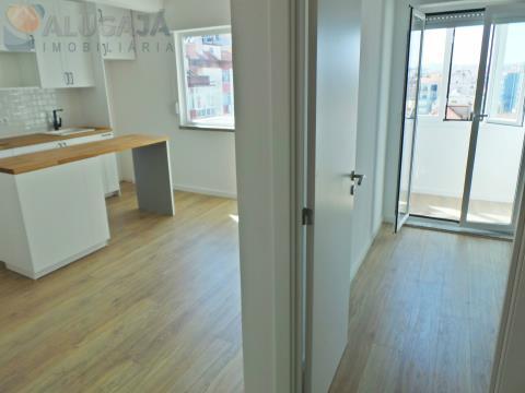 1 Schlafzimmer Apartment in Reboleira komplett renoviert, neben CP, Metro und lokalen Geschäften