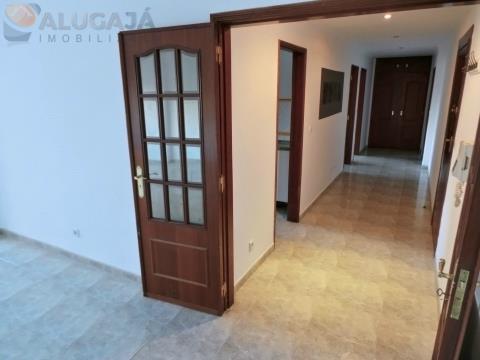 Amplo apartamento T2 com arrecadação, próximo à estação da CP de Barcarena