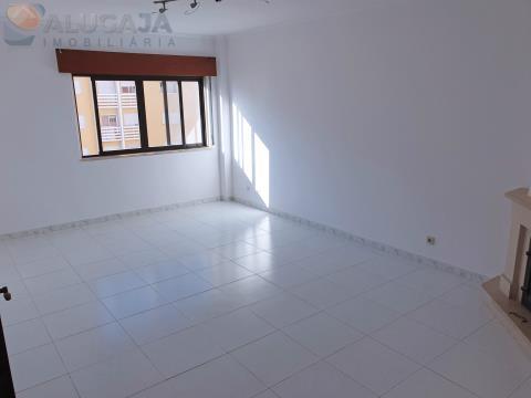 Apartamento T2 com arrecadação em São Marcos e muita arrumação, próximo de transportes públicos