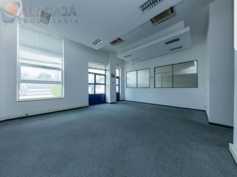 Entrepôt fonctionnel de 3 étages et 11 bureaux climatisés au centre d´affaires ElosPark II