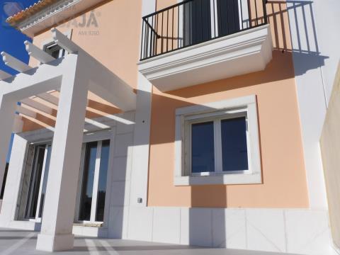 Moradia Geminada V3+2 composta por 3 pisos em fase final de construção
