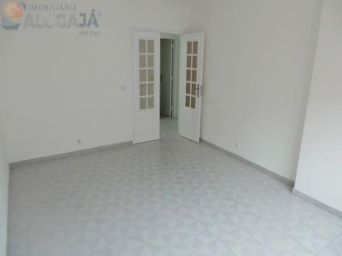 Apartamento T2 com arrecadação situado junto ao acesso à IC19 e supermercados Intermaché e Aldi