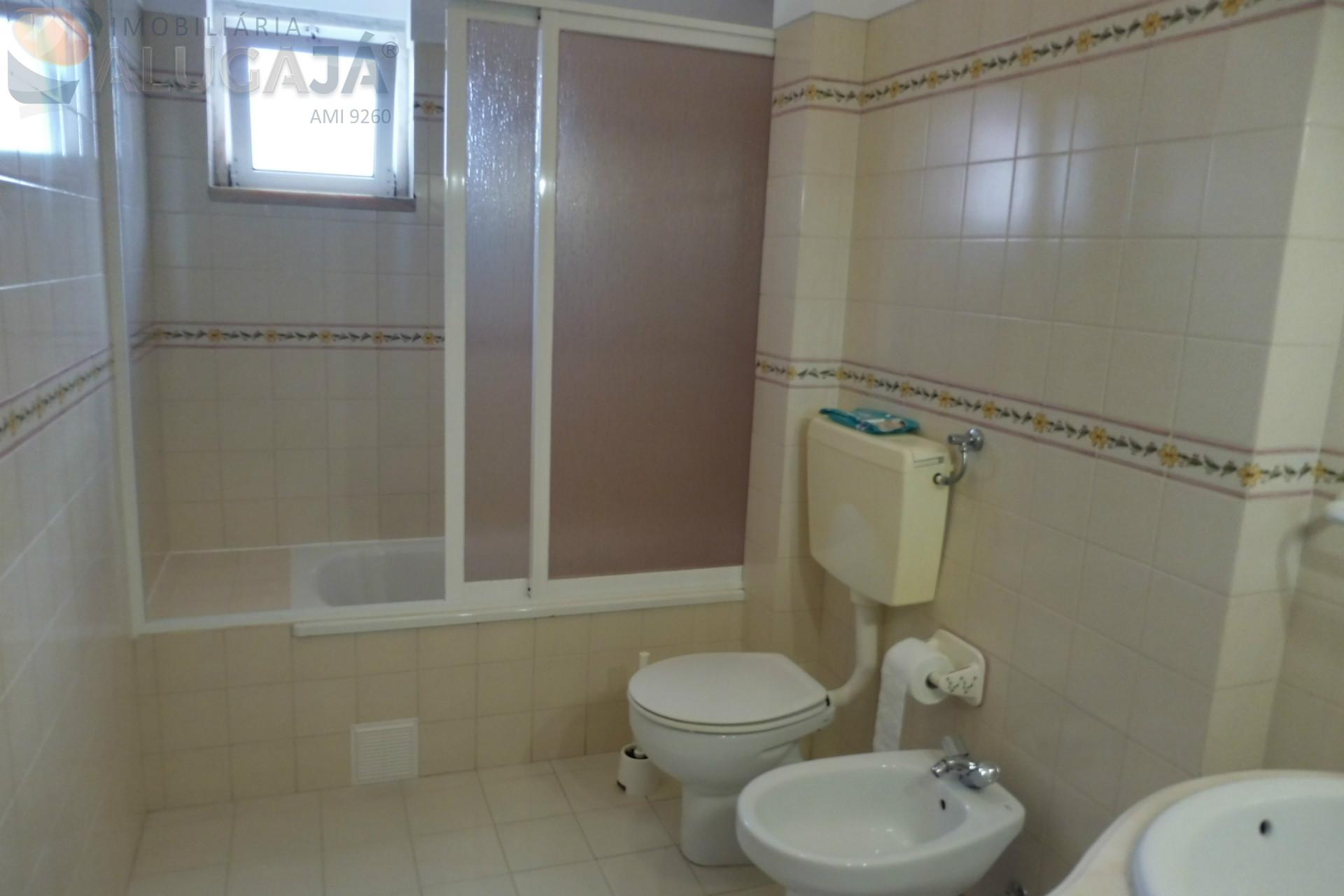 Apartamento T2 amplo e com localização privilegiada. Próximo do Continente, comércio local