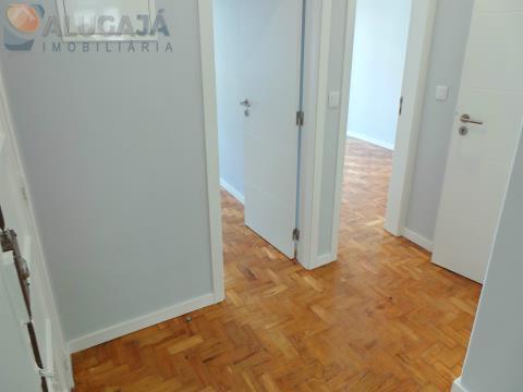Apartamento T2 totalmente remodelado com equipamentos e materiais de qualidade
