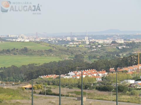 Apartamento T2 na 1ª linha da urbanização, com vista desafogada para o Golf e Ponte 25 de Abril