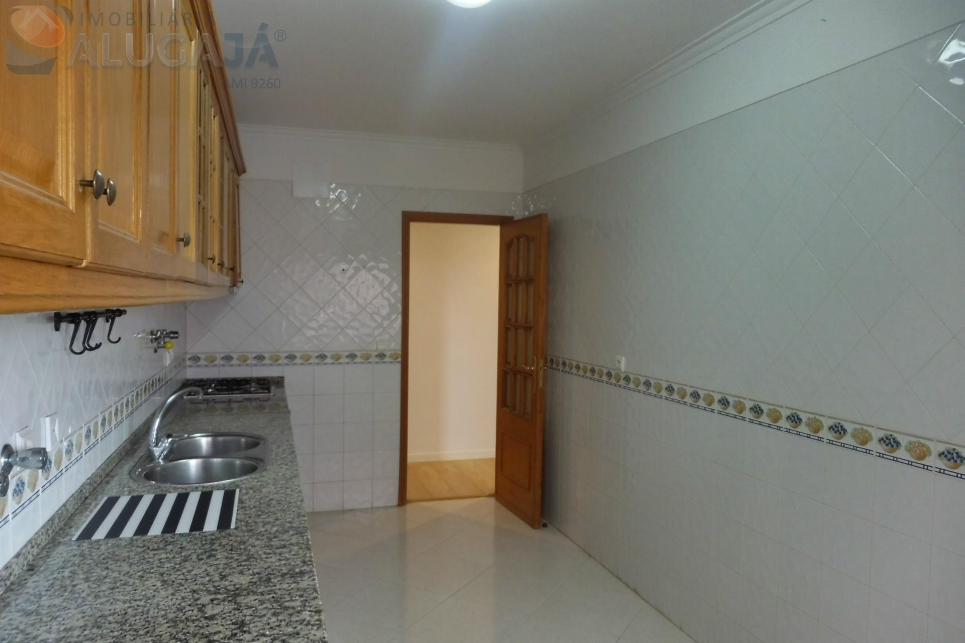 Apartamento T2 com 2 WC´s, soalheiro e próximo da PSP