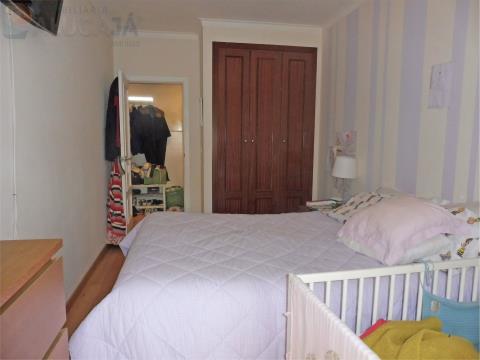 Apartamento T2 com arrecadação próximo da CP de Barcarena