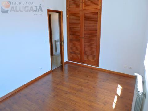 Moradia isolada T3+2 com grande terreno para venda, próximo da Baía de São Martinho do Porto