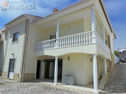 Detached house T3+2 with large land for sale, near the Bay of São Martinho do Porto