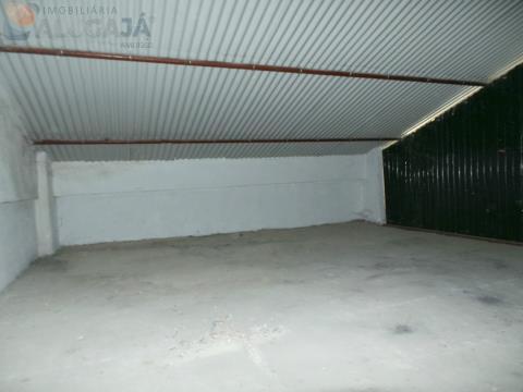Armazém com 90m² distribuídos em 2 pisos próximo da Igreja matriz