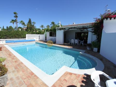 Moradia T3 com piscina e jardim, numa zona residencial de alta gama, muito sossegada, a 15 minutos d