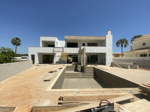 CONTEMPORARY VILLA WITH 4 BEDROOMS IN SUITE, POOL AND GARAGE