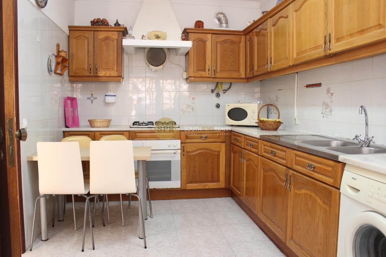 2 bed apartment with pool, walking distance to the beach